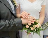 Händerna på en nyligen gift par — Stockfoto