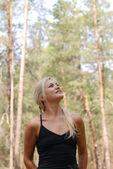 La niña y el bosque — Foto de Stock