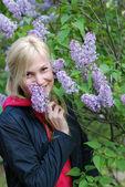 The pretty girl near a bush of a lilac — Stock Photo