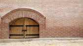 Porte in legno con parete di mattoni — Foto Stock