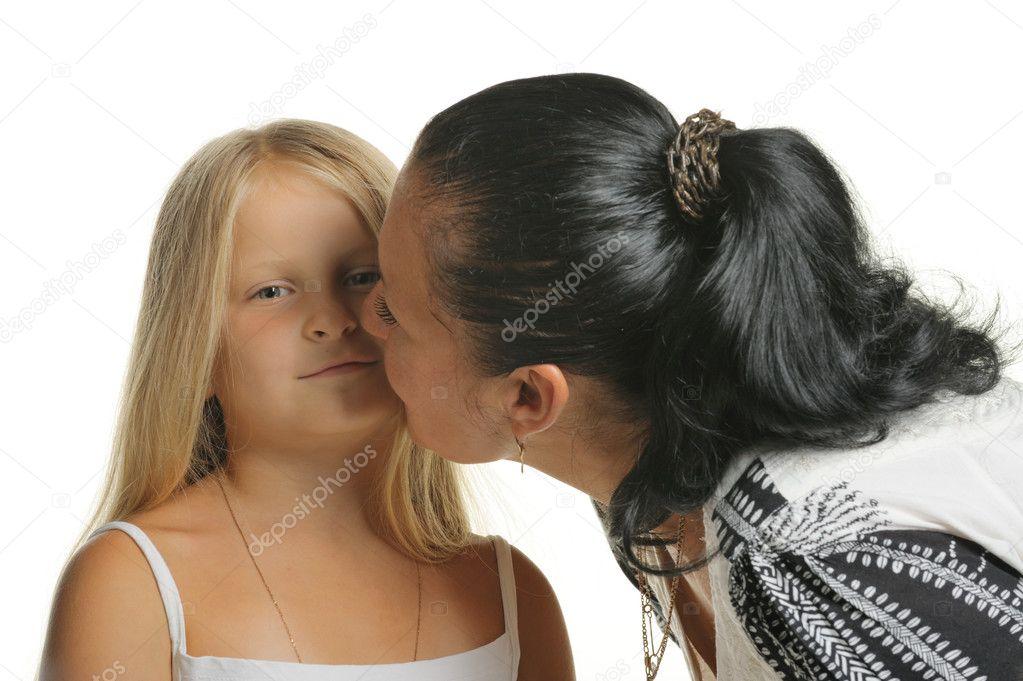 дочь целуются маму