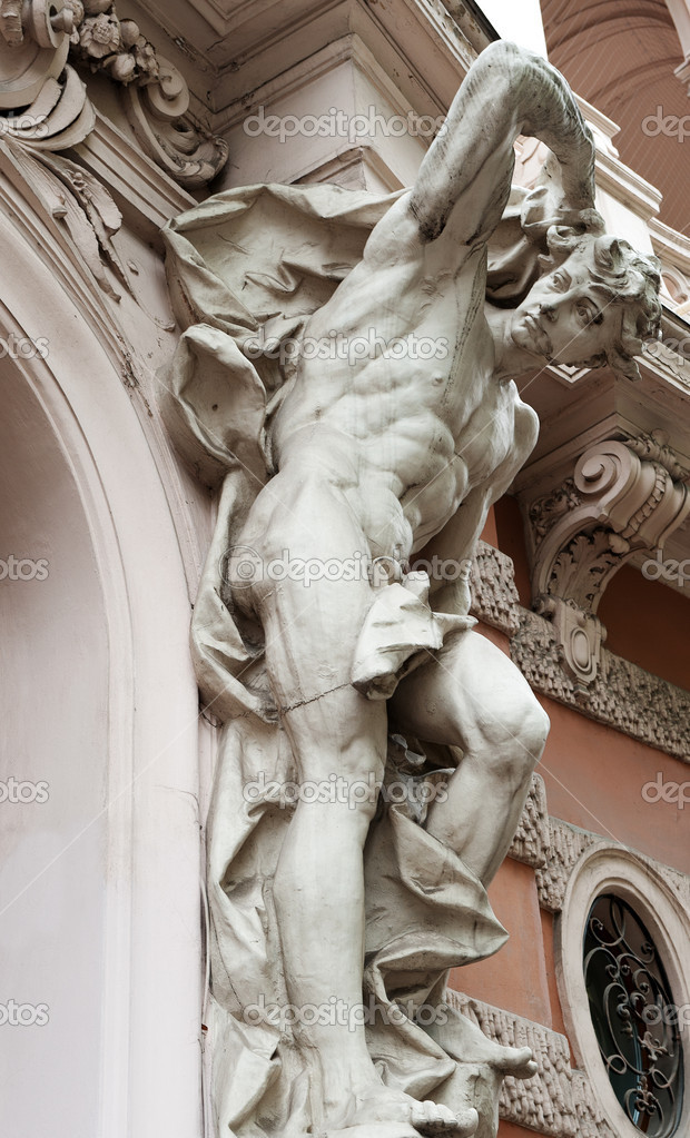 Статуи человека, поддерживая балкон - стоковое фото galdzer .