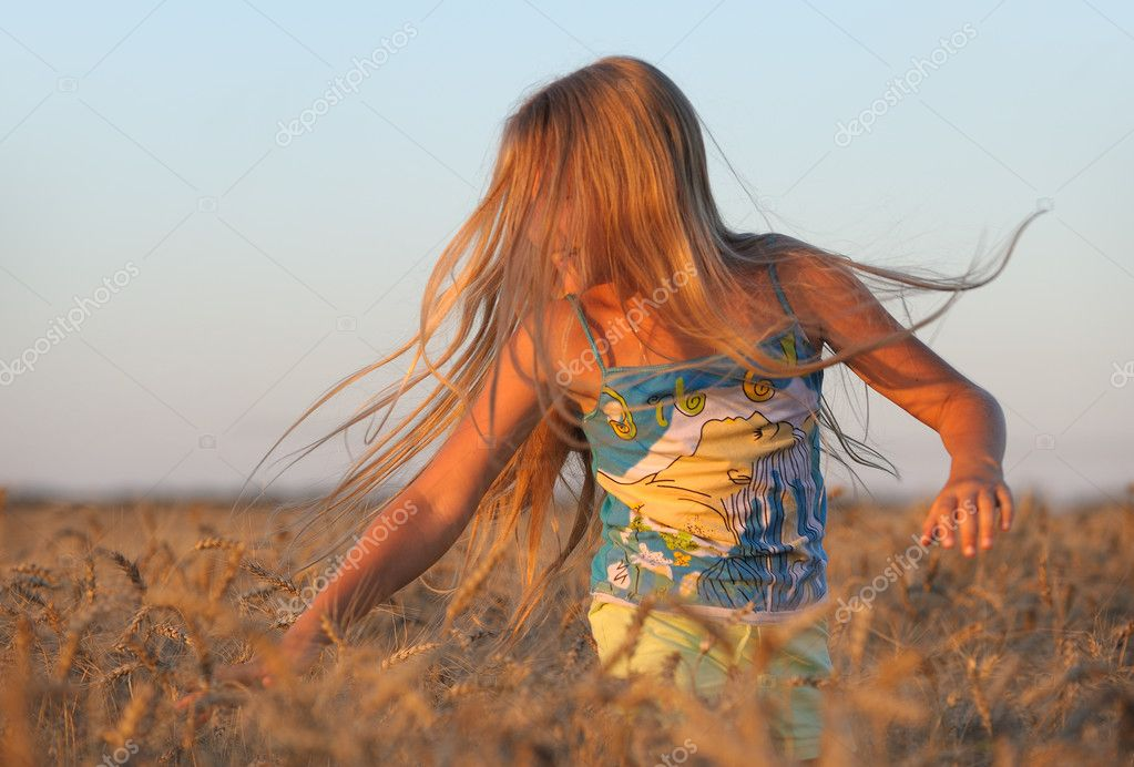 The girl in filed wheats. Warm light sunset — Stock Photo #6198374