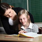 Onderwijzer en student in de klas leren samen-het-vierkant — Stockfoto