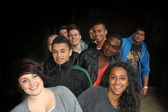 Joyeux groupe de jeunes étudiants de toutes nationalités — Photo