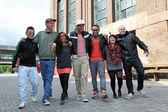 Groupe d'étudiants avec sept jeunes chanceux — Photo