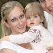 familia joven con niños-retrato — Foto de Stock