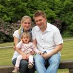 公園で子供と若い家族 — ストック写真