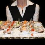 Servitrisen som serverar plockmat — Stockfoto