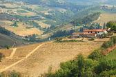Widok z lotu ptaka na samotny dom na wzgórzach w włochy. — Zdjęcie stockowe