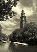 Iglesia de río y westerkerk amstel amsterdam. — Foto de Stock