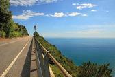 Dálnice v horách podél středozemního moře. — Stock fotografie