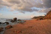 červený písek na břehu středozemního moře. — Stock fotografie