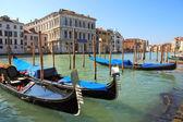Góndolas en gran canal de venecia, italia. — Foto de Stock