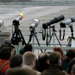 DSLR photo cameras with telephoto lenses on tripods. — Stock Photo