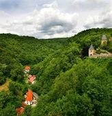 绿色的群山上查看和城堡在卡尔施泰因. — 图库照片