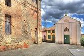 Old house and small church in Castiglione Falletto, Italy. — Stock Photo