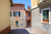 Old house among new in Diano D'Alba, Italy. — Foto Stock