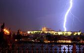 在雷暴期间在布拉格城堡闪电. — 图库照片