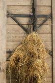 作为挂在网的牧草干草 — 图库照片