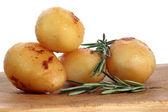 Ugnsstekt potatis med rosmarin på en planka — Stockfoto