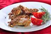 Lentils and grilled chicken wings with tomatoes and rosemary — Stock Photo