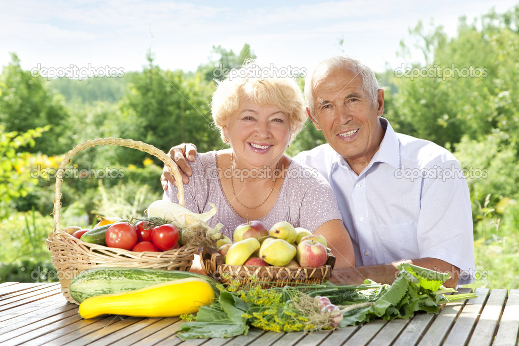 Happy elderly couple with this year's rich harvest — Stock Photo #6642052