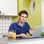 online nakupování v kuchyni — Stock fotografie