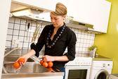 Kobieta mycia pomidory — Zdjęcie stockowe
