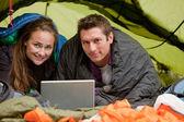 Camping con computadora — Foto de Stock