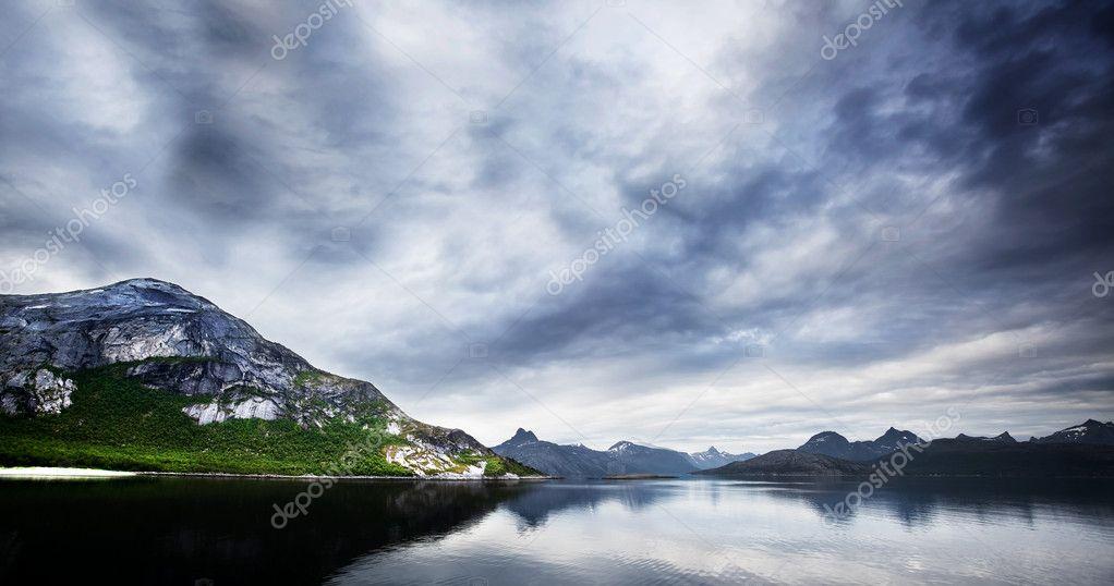山区和海洋在挪威的全景图– 图库图片