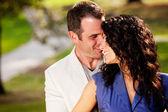 Paar knuffel kus — Stockfoto