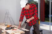 Stavební dělník rukou viděl — Stock fotografie