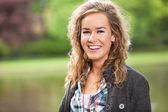 户外微笑的年轻女性 — 图库照片