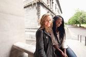 Uvolněné mladí přátelé s úsměvem — Stock fotografie