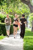 友人の公園でジョギングを一緒に — ストック写真