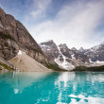 Calm water and mountain range — Stock Photo