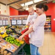 Mother and child shopping — Stock Photo