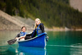 Couple Canoeing and Relaxing — Stock Photo