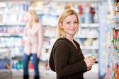 Vrouw in supermarkt — Stockfoto