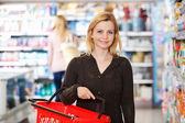Kruidenier en supermarkt portret — Stockfoto