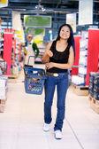 Азиатская женщина в продуктовый магазин — Стоковое фото