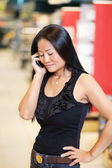 Woman smiling and talking on mobile phone — Stock Photo