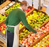 Man Working in Grocery Store — Stockfoto
