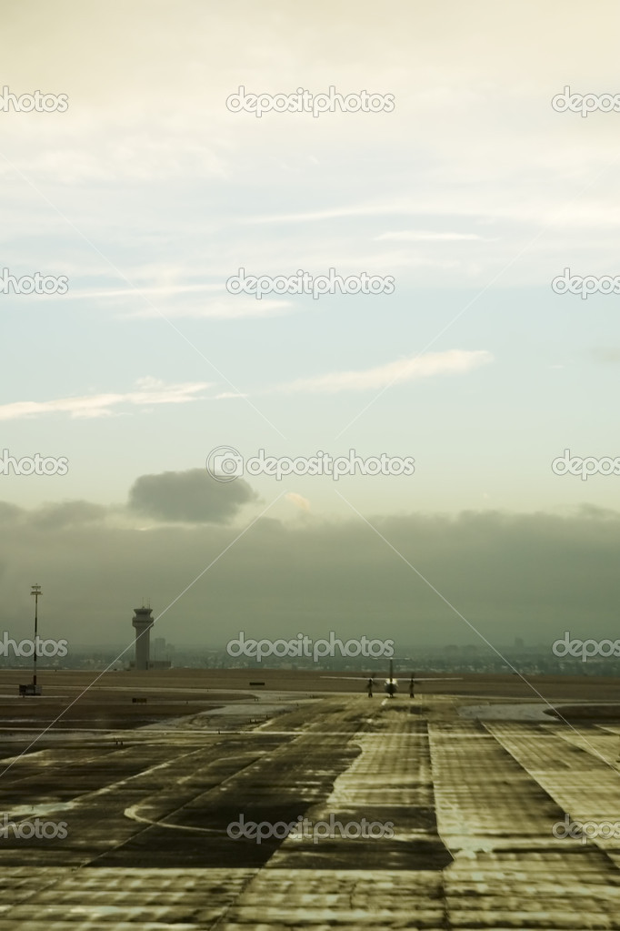 An airplane taxiing on the tarmac of an airport. — Стоковая фотография #5723279