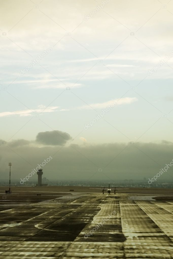 An airplane taxiing on the tarmac of an airport. — Lizenzfreies Foto #5723279