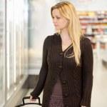 kobieta zakupy supermarket — Zdjęcie stockowe