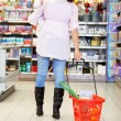 moeder met kind in supermarkt — Stockfoto