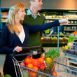 Couple Buying Groceries — Stock Photo