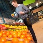 Man in Supermarket Buying Fruit — Stock Photo